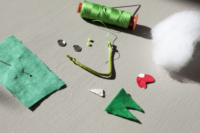 Make an Owl in Traditional Holiday Colors for your Christmas Tree !