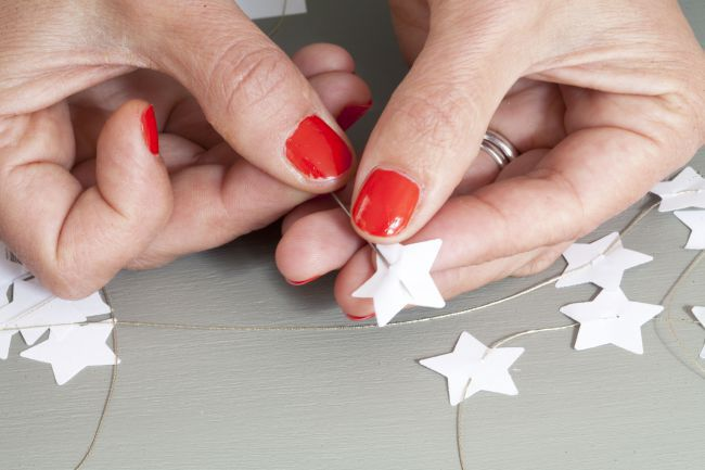 Make a Christmas white star garland with Lise Petermann
