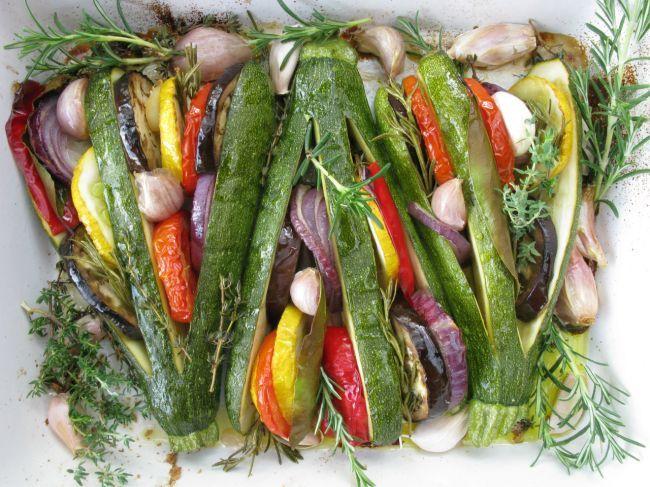 Tian de verduras de verano con forma de abanico de calabacines