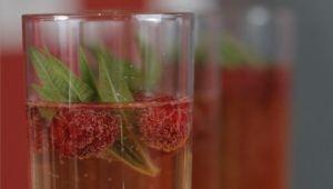 Cocktail à la verveine et la framboise