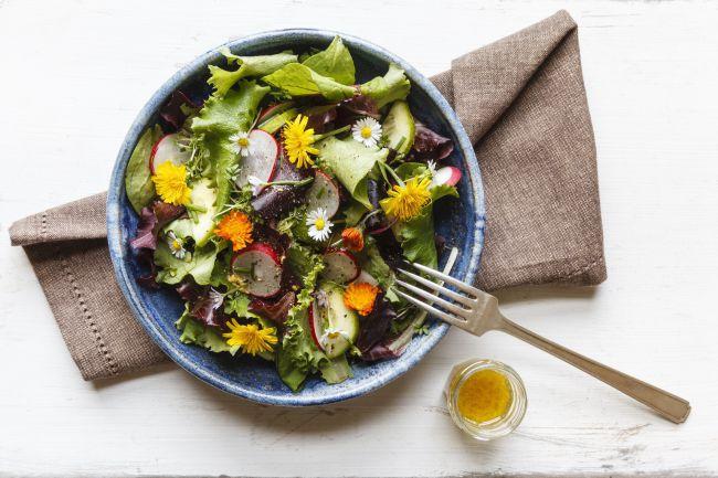 Salade de fleurs, sauce miel et citron