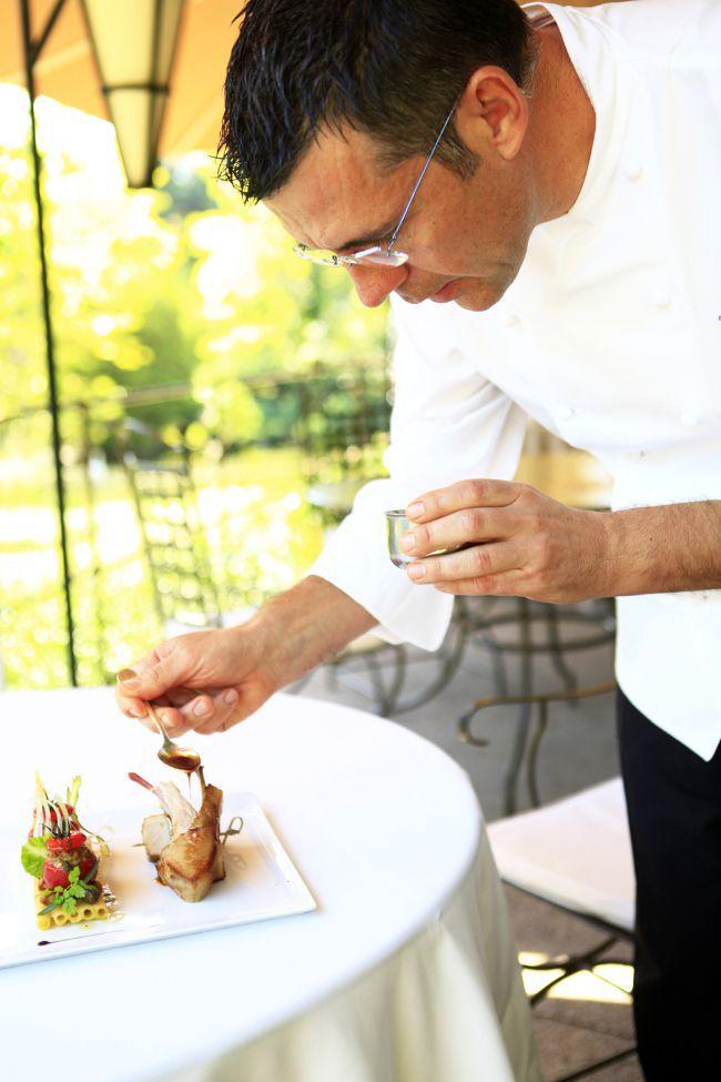 Porcelet et tomates farcies par Michel Hulin, le chef de La Cabro d'Or