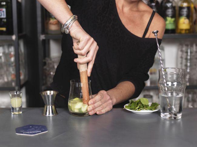La confection du cocktail citronné Moscow Mule