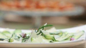 レモン風味のオリーブオイルとパルメザンチーズを使ったズッキーニのタリアテッレのカルパッチョ