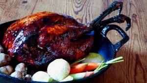 ルネ・ベラールによるホロホロ鳥のローストと古来種野菜の付け合わせ