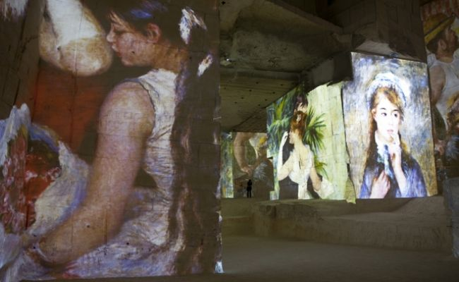 レ・ボー・ド・プロヴァンスのカリエール・ド・リュミエールに映し出されるオギュスト・ルノワールの作品