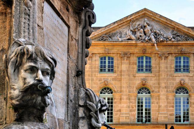 Três rostos que representam a Provence