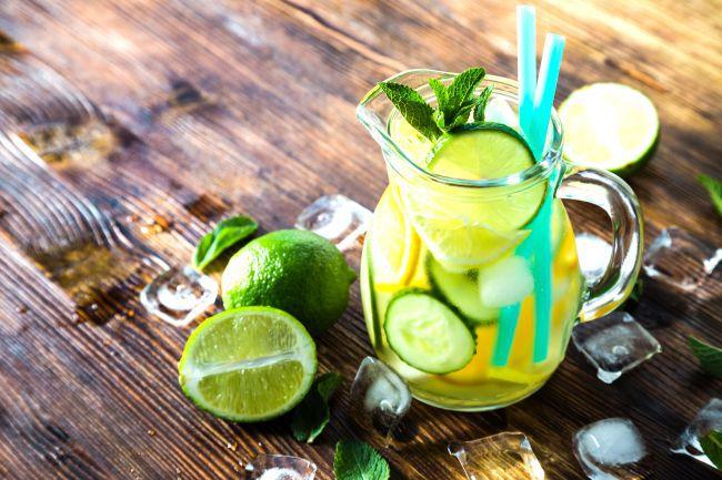 Três receitas de águas aromatizadas para o verão
