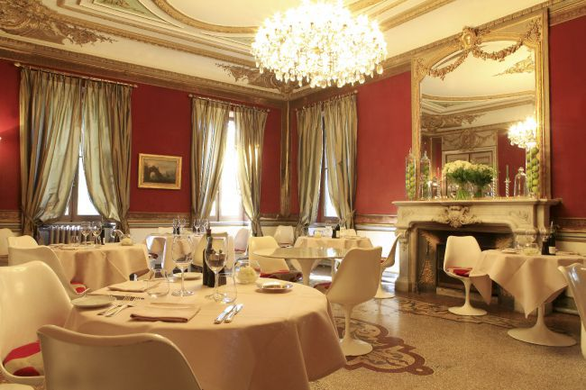 阿尔皮勒城堡的餐厅大堂,奢华与纯正的完美结合。